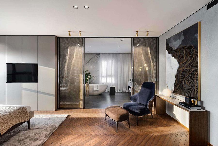 Moderne luxe penthouse appartement met inloopkast en badkamer