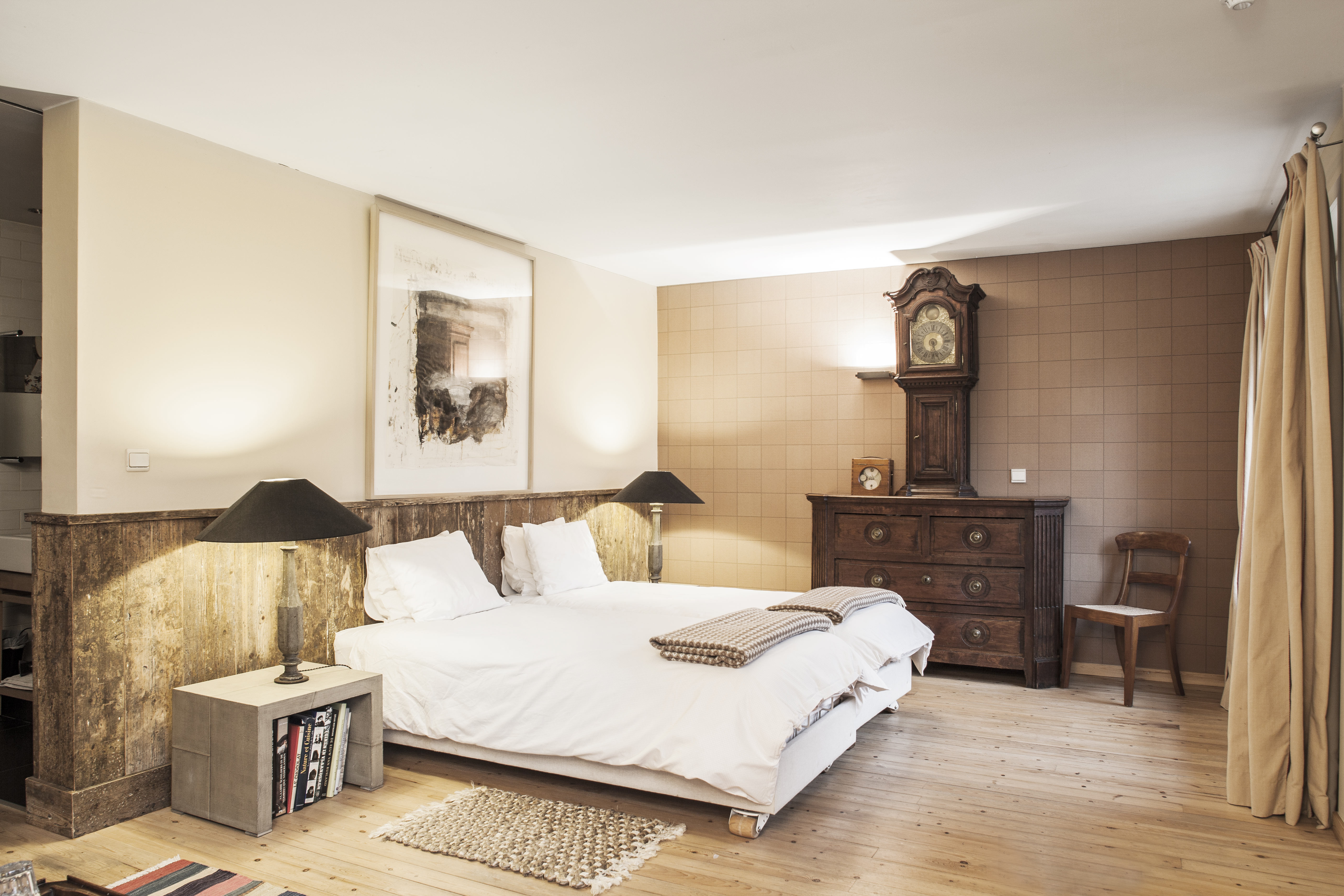 Moderne rustieke slaapkamer van gerenoveerde hoeve