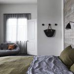 Moderne sfeervolle slaapkamer in een verbouwde woonboerderij