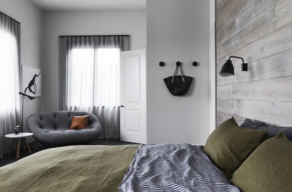 Slaapkamer Interieur Grijs : Moderne sfeervolle slaapkamer in een verbouwde woonboerderij