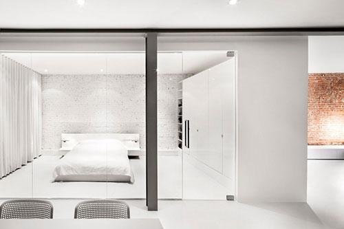 Moderne slaapkamer met glazen muur