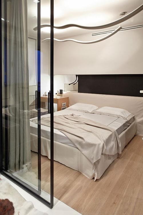 Moderne slaapkamer met glazen schuifdeuren slaapkamer idee n - Moderne slaapkamer met kleedkamer ...