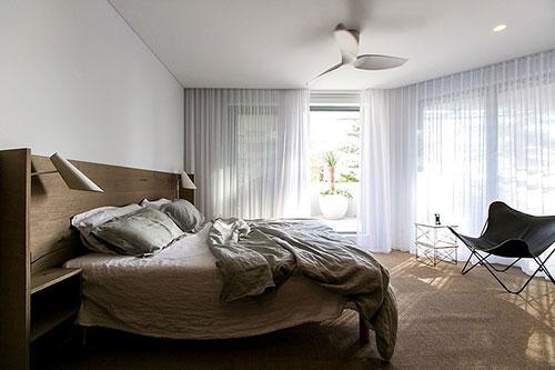Moderne slaapkamer met op maat gemaakte kledingkast