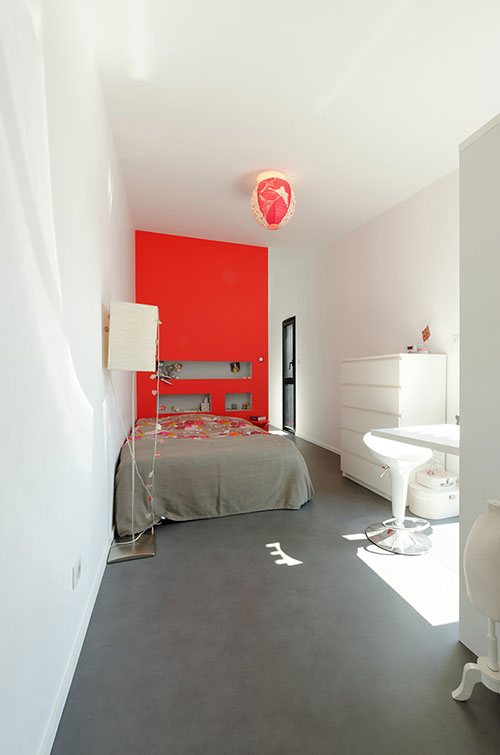 Moderne slaapkamer met rode muur  Slaapkamer ideeën