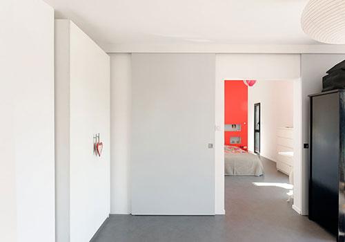 Moderne slaapkamer met rode muur