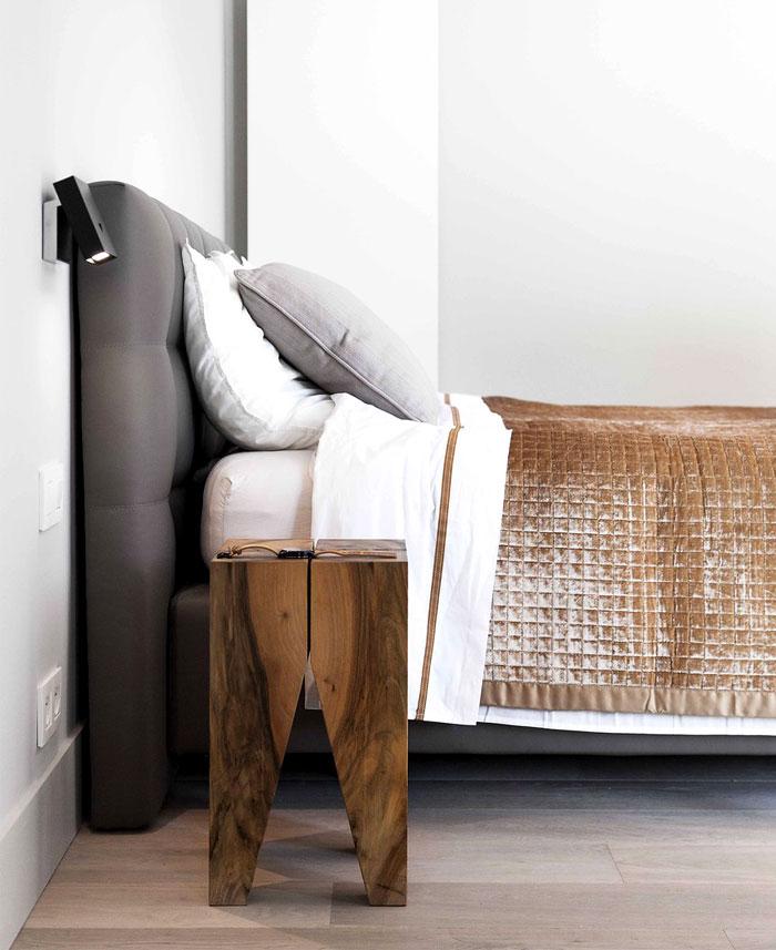 Moderne slaapkamer suite met schuifdeur naar badkamer   Slaapkamer ...