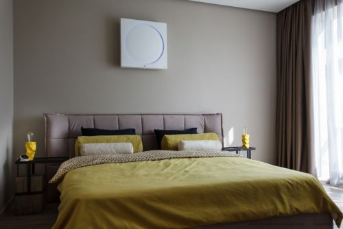 Slaapkamer Plafond Ideeen : Moderne slaapkamer met TV aan het plafond ...