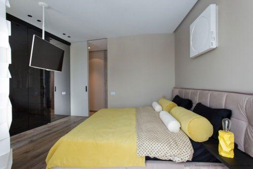 Moderne slaapkamer met TV aan het plafond  Slaapkamer ideeën