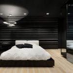 Moderne zwart wit slaapkamer met inloopkast