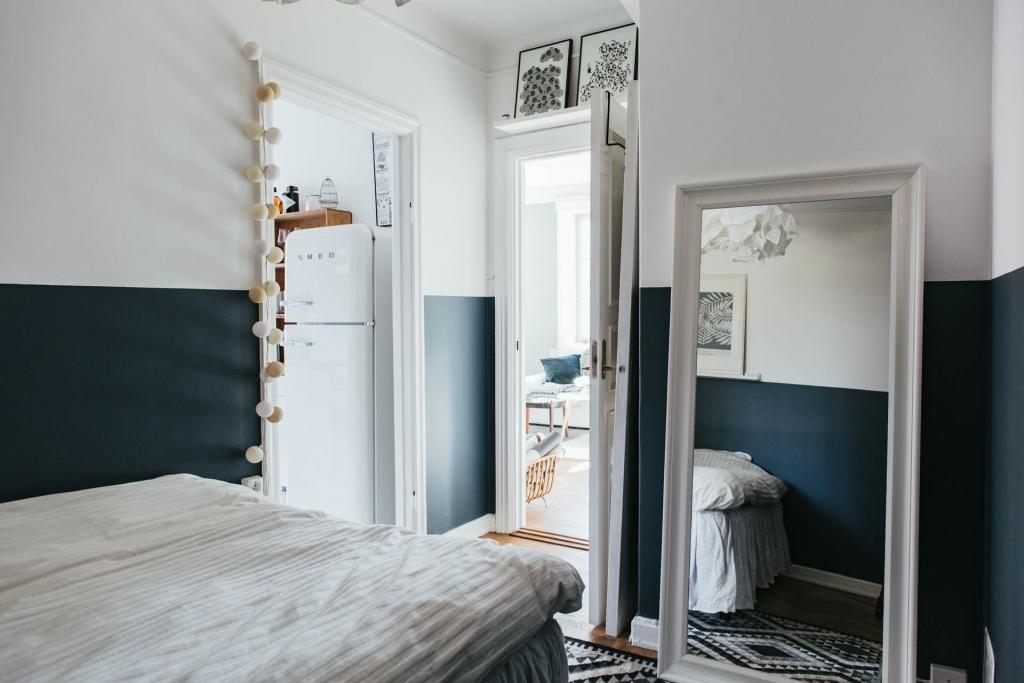 Mooie minimalistische slaapkamer met geverfde blauw lambrisering