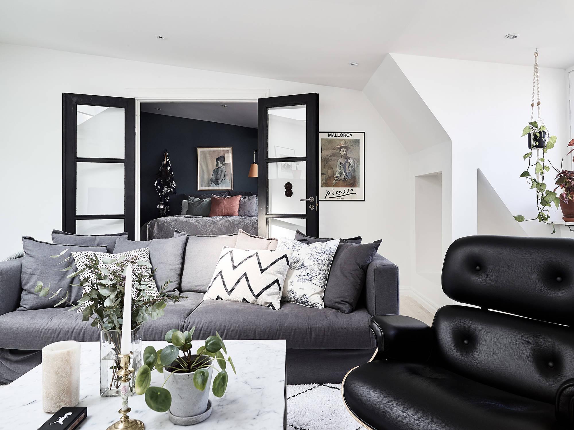 mooie scandinavische slaapkamer met blauwe muren