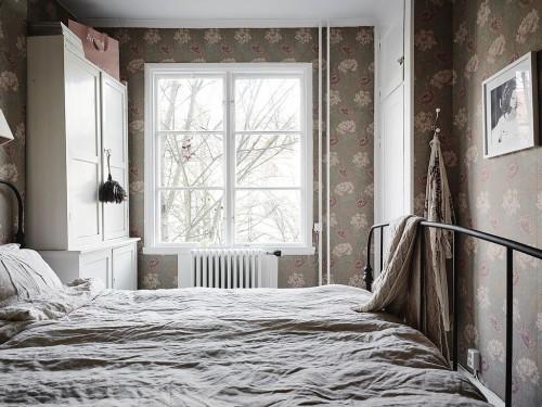 Mooie slaapkamer met bloemetjesbehang