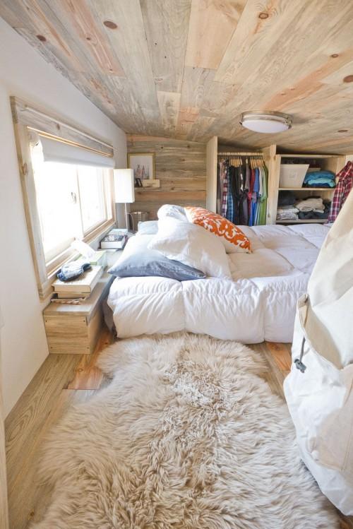 Mooie slaapkamer van een luxe caravan