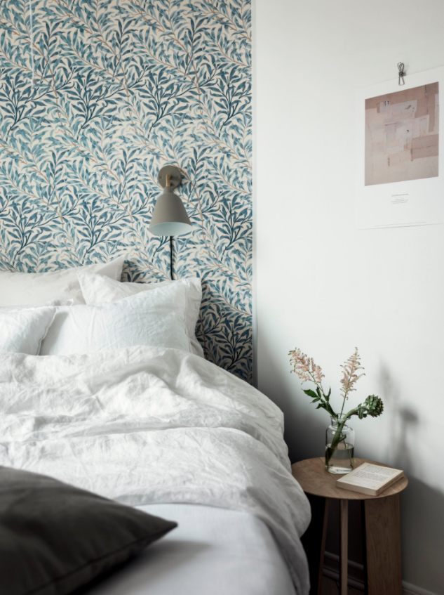 Mooie slaapkamer met een botanische sfeer
