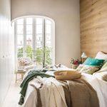Mooie slaapkamer met een luxe houten wand