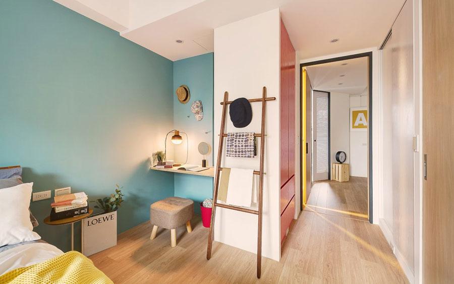 Mooie slaapkamer met vrolijke kleuren