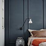 Muur met klassieke sierlijsten in slaapkamer