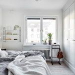 Naast een vaste inbouwkast heeft deze slaapkamer nog een extra kledingkast