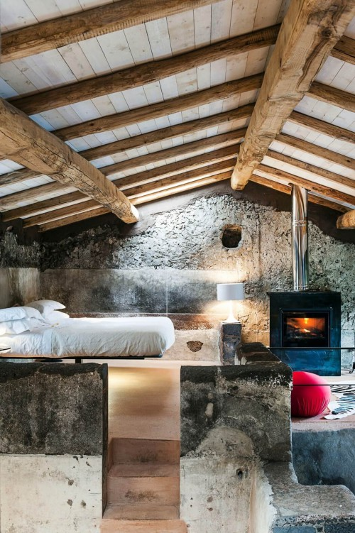 Natuurlijke slaapkamer van boetiekhotel Monaci Delle Terre Nere ...