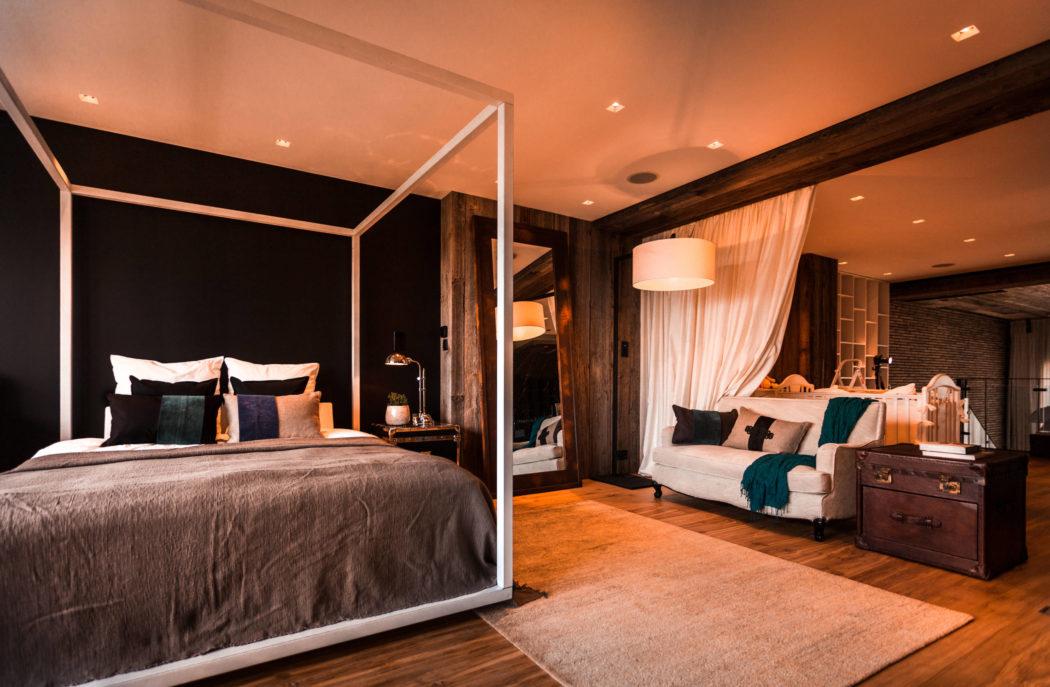 Op deze hele open verdieping vind je de slaapkamer en de badkamer en suite