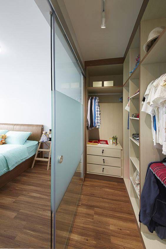 Open kledingkast in slaapkamer