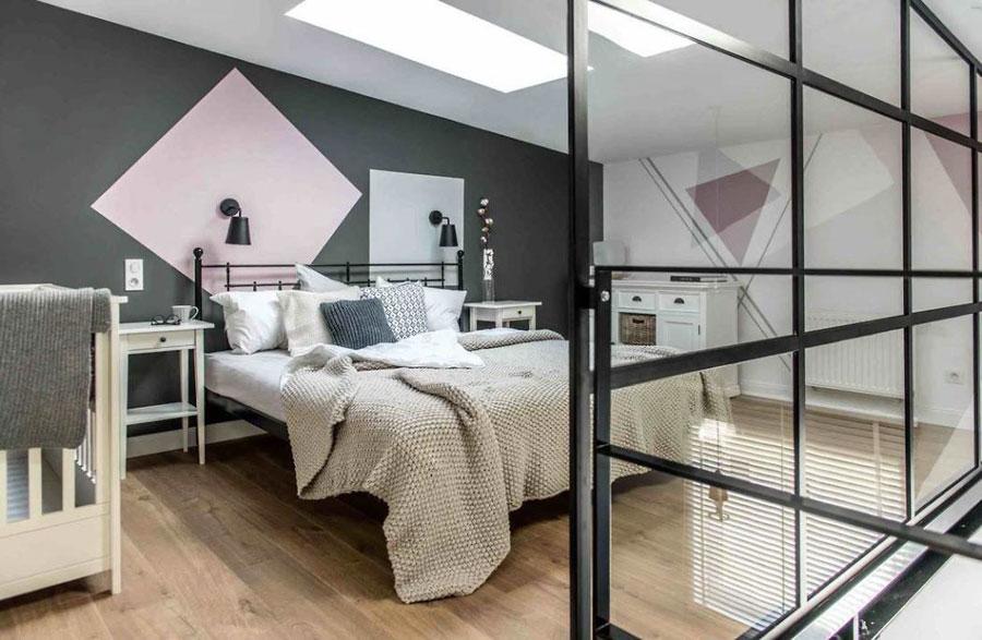Open vide slaapkamer met een grote glazen wand