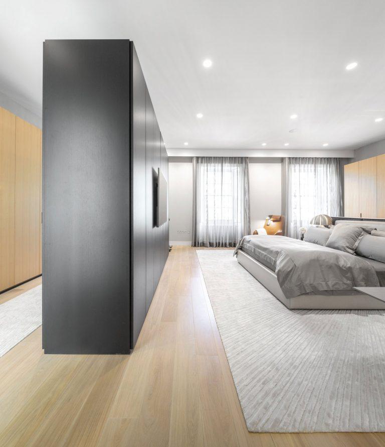 Penthouse slaapkamer ontwerp met inloopkast door Fernanda Marques ...