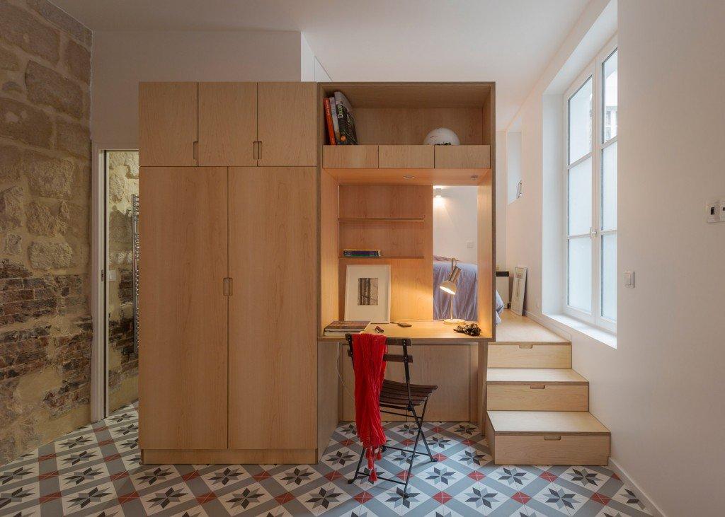Podium slaapkamer in een klein appartement in Parijs