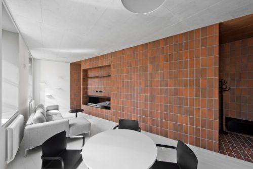 Slaapkamer Ideeen Bruin : Rode bruine tegels in open slaapkamer ...