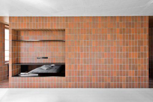 Rode bruine tegels in open slaapkamer | Slaapkamer ideeën