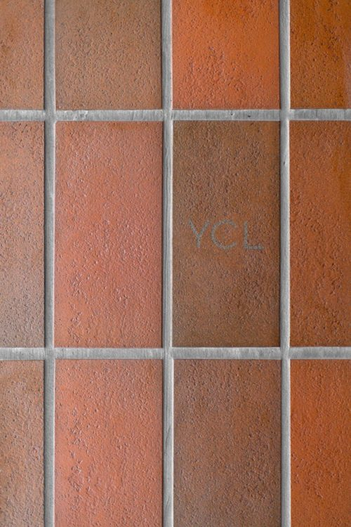Rode bruine tegels in open slaapkamer slaapkamer idee n for Bruine tegels