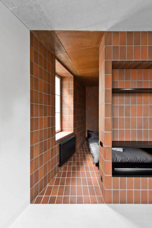 Rode bruine tegels in open slaapkamer