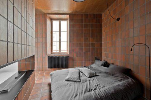 Rode bruine tegels in open slaapkamer  Slaapkamer ideeën