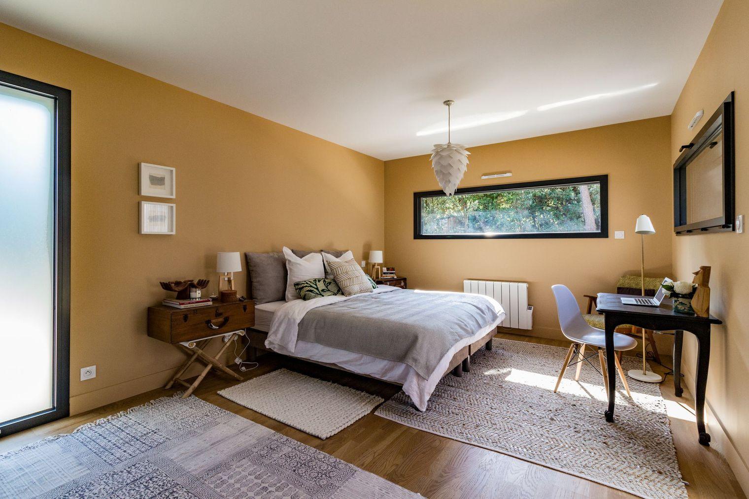 Gele Muur Slaapkamer : Ruime lichte slaapkamer van caroline en ryan slaapkamer ideeën