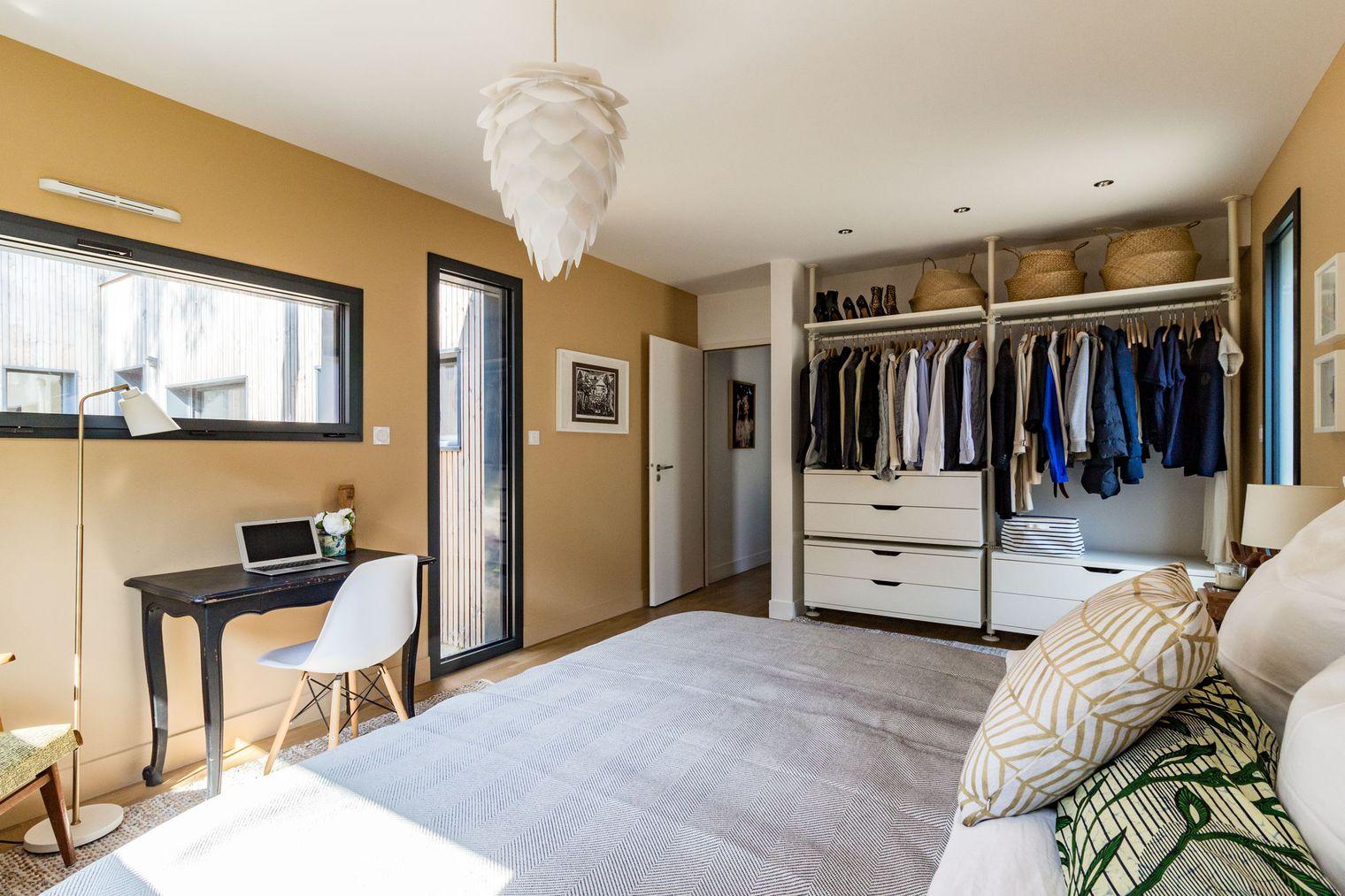 Ruime lichte slaapkamer van Caroline en Ryan | Slaapkamer ideeën