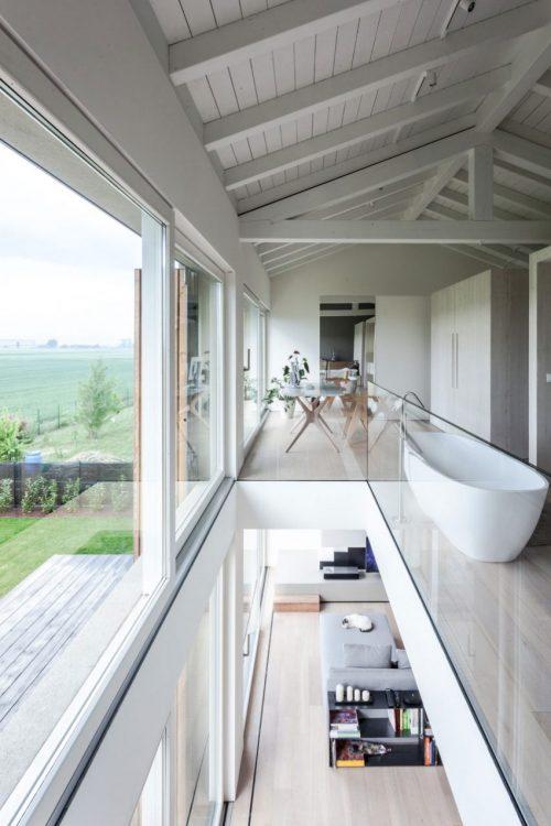 Ruimtelijke slaapkamer van een gerenoveerde woonboerderij