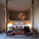 Rustieke slaapkamer met boomstammen