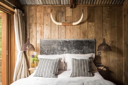 Rustieke slaapkamer met stijlvolle accessoires  Slaapkamer ideeën