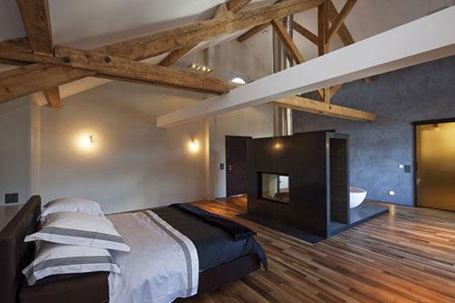 Rustieke slaapkamer van zwitsers woonboerderij slaapkamer idee n - Slaapkamer met zichtbare balken ...