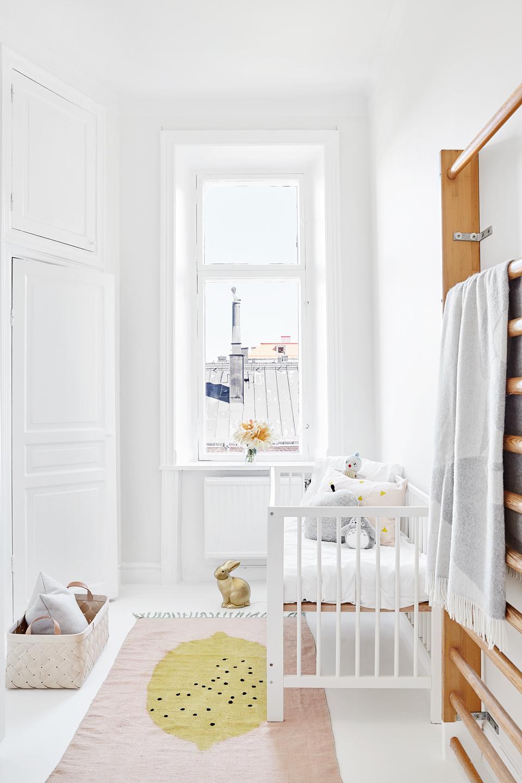 Scandinavisch witte babykamer