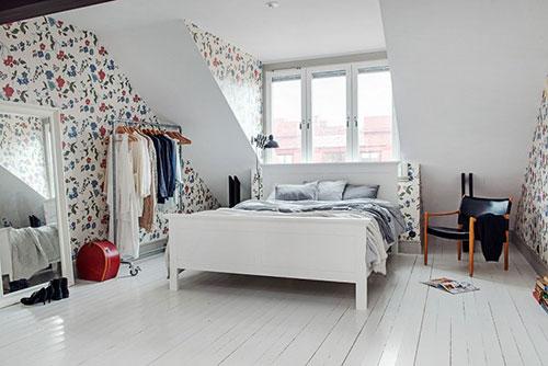 Scandinavische slaapkamer met dakkapel  Slaapkamer ideeën