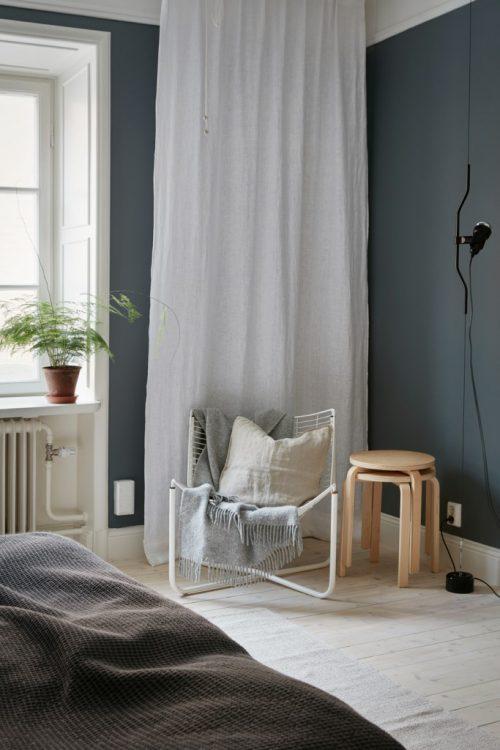 Scandinavische slaapkamer met donkergrijze muren  Slaapkamer ideeën