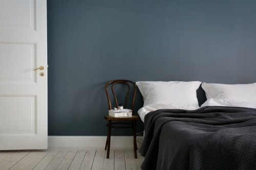 Scandinavische slaapkamer met donkergrijze muren