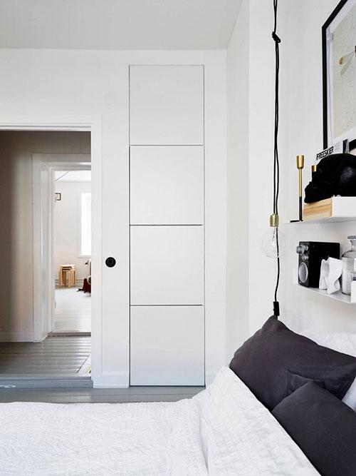 Scandinavische slaapkamer met eenvoudige inrichting