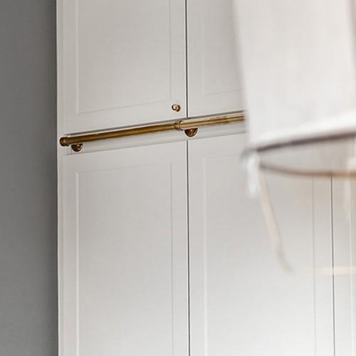 Scandinavische slaapkamer met gouden details