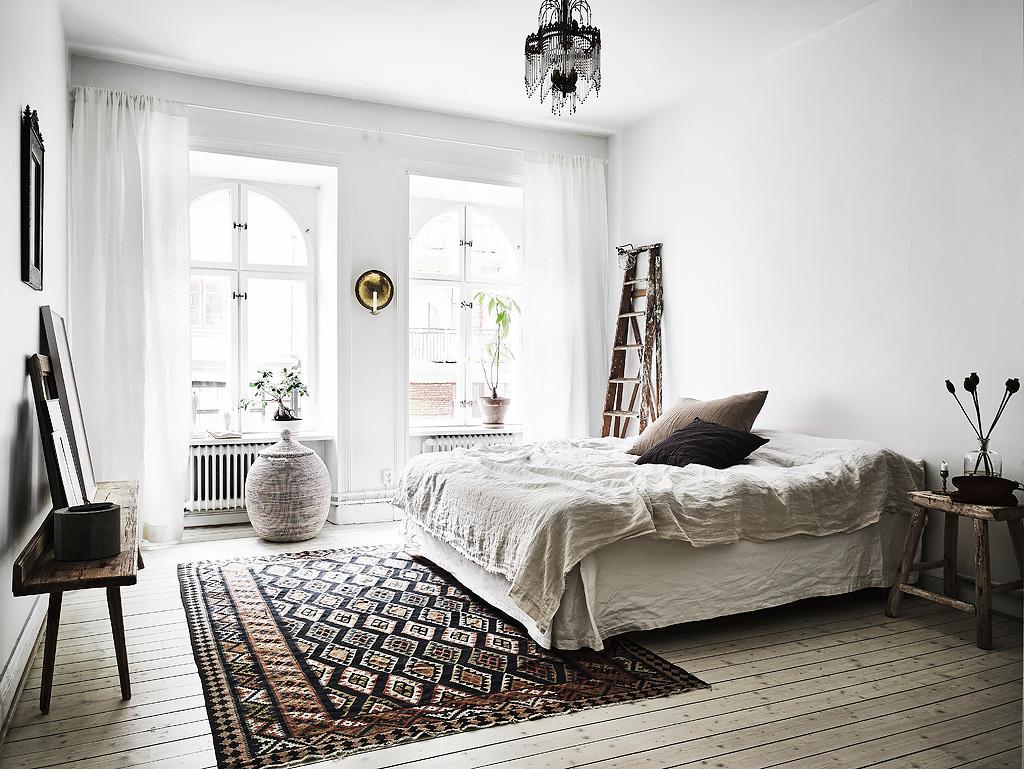 Deze mooie Scandinavische slaapkamer is ingericht met een vintage bohemian stijl