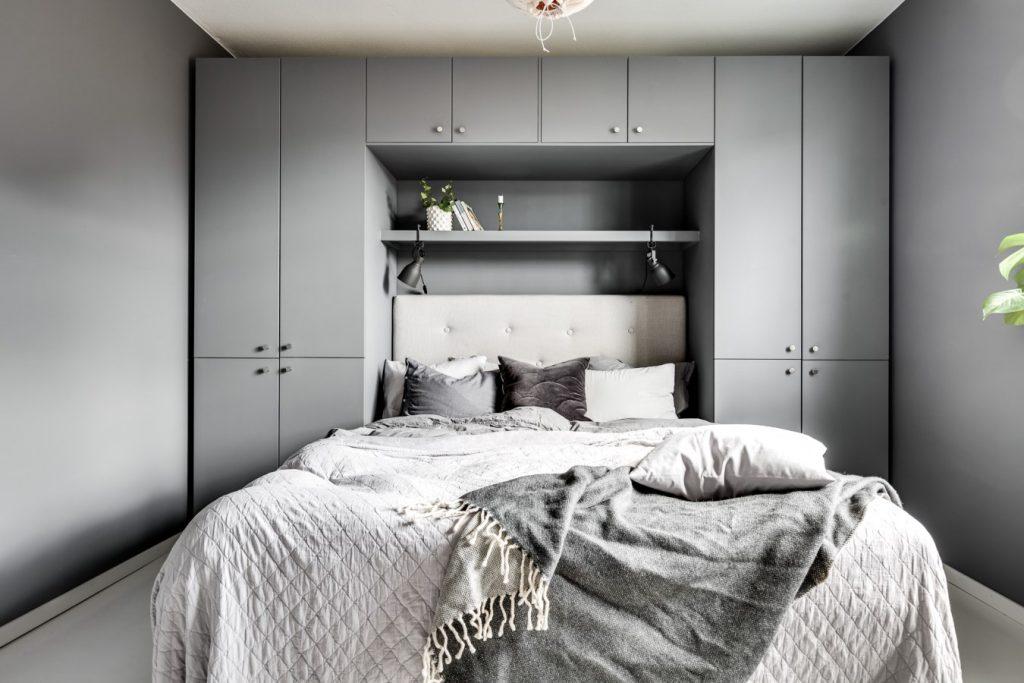 Scandinavische slaapkamer met praktische opbergruimte