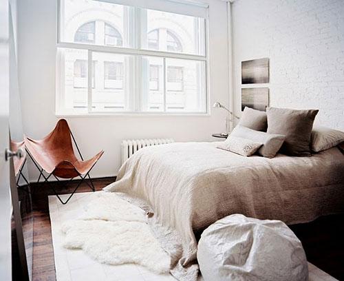 Schapenvacht voor het bed