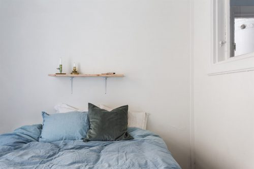 Schattige slaapkamer met binnenraam