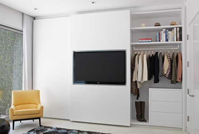 schuifdeur strakke slaapkamer inbouwkast is tv verwerkt